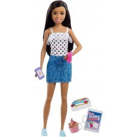 Barbie- Bambola Skipper Latina Babysitter con Cellulare e Biberon, FXG92-FHY89